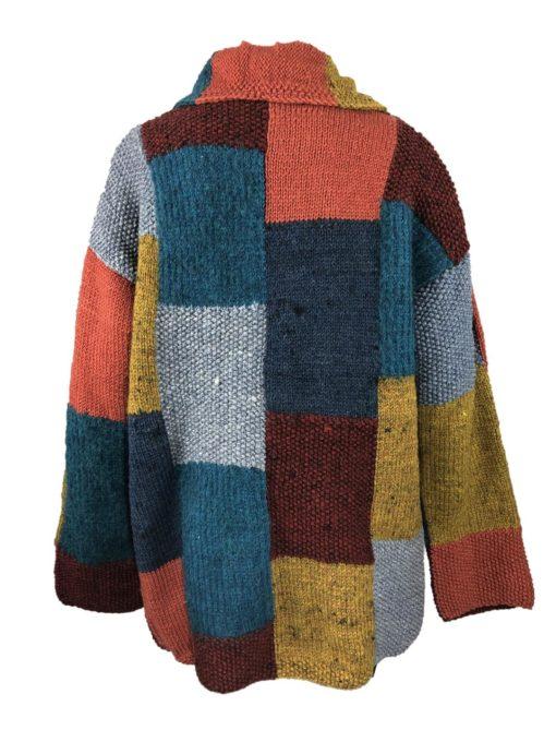 Übergroße , gemütliche Wickelweste mit großen Taschen. Hochwertige Wolle, handgestrickt in der Sierra Ecuadors. Weiche Farben verschmelzen zu einem anschmiegsamen Traum.